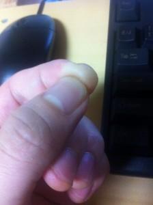 人差し指の腹と親指の爪でブチッと。