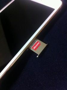 iPhone5sにナノSIMカードを入れているところ
